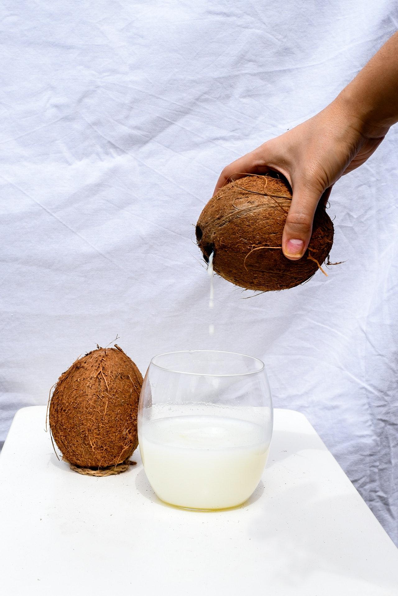 नारियल पानी पीने के फायदे उपयोग और नुकसान
